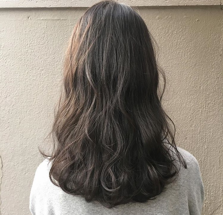 2020年春夏 大注目の暗髪ヘアカラーは高発色な透明感カラーが来る