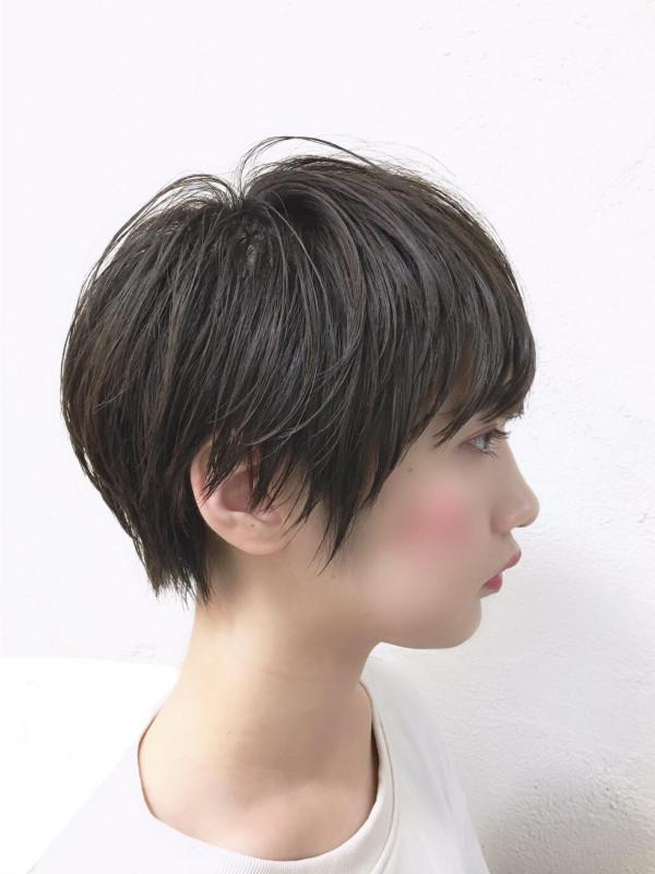 黒髪のショートヘアとベリーショート